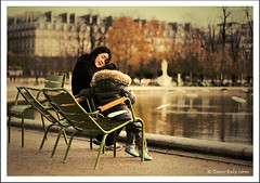 Affection maternelle (tany_kely) Tags: street autumn boy urban woman paris france water lady digital automne canon garden eos rebel 50mm pond eau quiet child f14 femme mother jardin mum seats tuileries usm enfant chaises garçon xsi bassin urbain mère 450d tranquilles