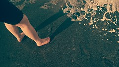 Baño de mar en invierno (carlosolmedillas) Tags: pies baño playa arena salud gozada placer pleasure piesdemujer sol sombra