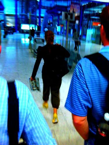 Frau mit gelben Schuhen