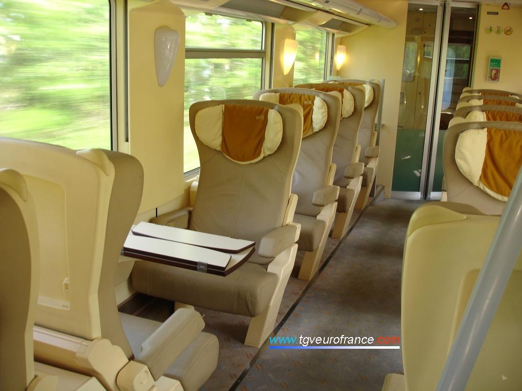 Vue de l'intérieur d'une voiture de 1ère classe circulant sur la ligne Marseille - Bordeaux