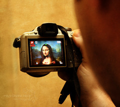 smile for me, mona lisa. (*northern star) Tags: camera man paris france smile face yellow canon photo foto hand shot monalisa gioconda uomo amarillo gelb giallo mano sorriso leonardo francia macchinafotografica parigi faccia musedulouvre monnalisa northernstar donotsteal eos450d allrightsreserved inquadratura enigmatico fotonellafoto northernstarandthewhiterabbit northernstar 1855is digitalrebelxsi usewithoutpermissionisillegal northernstarphotography ifyouwannatakeitforpersonalusesnotcommercialusesjustask shotinashot
