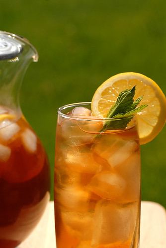 glass_of_iced_tea_with_a_pitcher