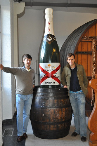 Marylebone&Monthy junto a la botella gigante