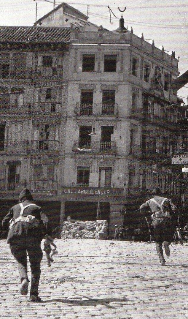 Milicianos corren ante el Café Español de Toledo en 1936. Fotografía de Hans Namuth/Georg Reisner (detalle)