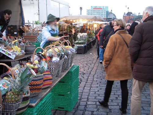 The seller just spotted somebody who glanced at his fruit basket -- 10€