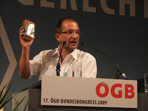Thomas Vanorek von der UGöD kritisiert, dass am Bank-Austria-Strand 1.600 Kugelschreiber abholt worden sind - dagegen nur 168 Unterstützungerklärungen für verfolgte GewerkschafterInnen am amnesty international-Stand abgegeben worden sind