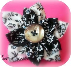 Flores! ✿ (♥. « Sαbяiηα றєzєchє » .♥) Tags: flores flower broche hand handmade pregadeira brooch flor artesanal craft fuxico accessories botões flordefuxico