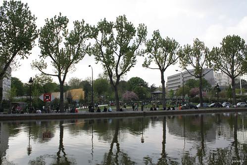 Les arbres se reflètent dans les eaux calmes du Canal Saint-Martin