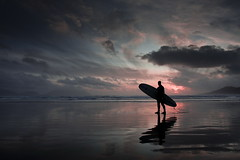 irish surfer (Mr Din) Tags: blue ireland light sunset red sea sky irish cloud sun beach colors silhouette clouds sand surf waves shadows surfer eire kerry connemara backlit reflexion 2009 irlande ombres altantic ombreschinoises chinoises impressedbeauty superaplus aplusphoto