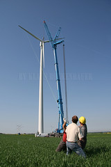 Crane lifts rotor (Rockenbauer K.) Tags: man tree green windmill hub austria österreich wind wing feld rape service worker mann grün raps engineer baum turbine windturbine windfarm nabe windenergy rotor acker d4 arbeiter flügel windpark weinviertel windenergie techniker zistersdorf dewind