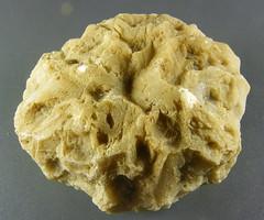 sferoide di calcite con la superfice solcata da profonde rugosità