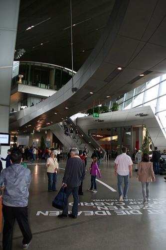 Blick in die Halle - BMW Welt München