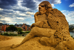 The Thinker (Wolfgang Staudt) Tags: street city trip travel blue roof summer sky people sun tree berlin beautiful architecture germany deutschland spring sand nikon europe capital hauptstadt sightseeing sigma architektur dach vacancy brandenburg reise wettbewerb berlinhauptbahnhof  bundesrepublikdeutschland capitalcity sandsation moabit   travelphotographie sandfiguren    wolfgangstaudt 66111 streephotographie nikond300   berlno invalidenstrase berlin2009   pelelina