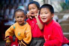 Smiles (Alex Stoen) Tags: red portrait playing yellow kids laughing canon children geotagged flickr faces retrato smiles happiness vietnam caras felicidad bonheur risa sapa tms visages tellmeastory ef50f14 canon5dmarkii alexstoen alexstoenphotography