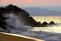 Seascape with wave in satin (El Templario) Tags: sea beach mar rocks playa gradient olas rocas paisajemarino