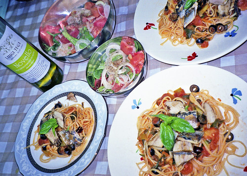 アイスプラント、トマトのサラダとイワシのリングイネ