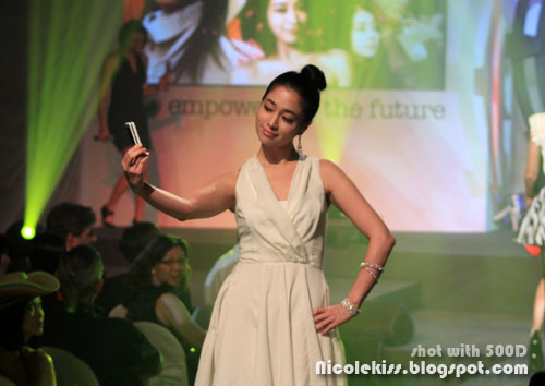 lee min jung modelling with sony ericsson phone