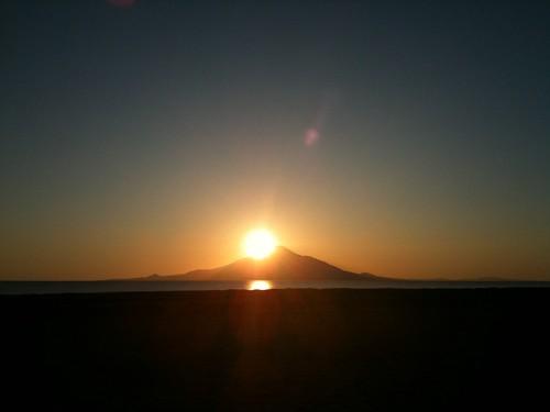 iPhoneにて、その3@道道106号線。利尻富士に沈む夕陽。