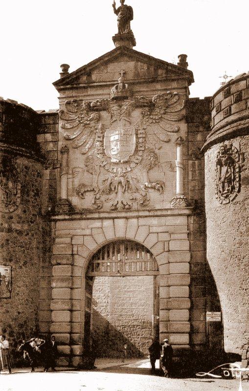 Puerta de Bisagra de Toledo a inicios del siglo XX. Foto de Loty
