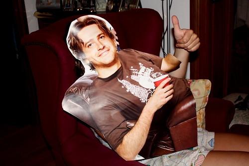 Chica disfrazada con un poster de Jason Segel en la película Te quiero, tío