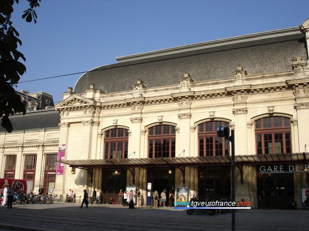 Détail de façade de la gare de la cité bordelaise