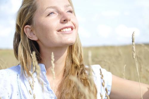 フリー画像| 人物写真| 女性ポートレイト| 白人女性| 金髪/ブロンド| 見上げる|      フリー素材|
