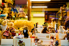 hermann says: shhhhh (ion-bogdan dumitrescu) Tags: bear street singapore teddy arab teddybear quarter hermann bitzi ibdp mg6904 findgetty ibdpro wwwibdpro ionbogdandumitrescuphotography