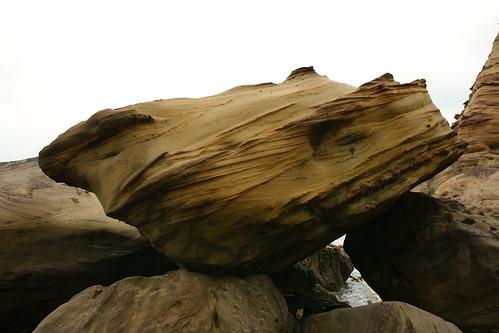 奇岩。巨大的石頭像疊積木似地牢牢架空在石頭上