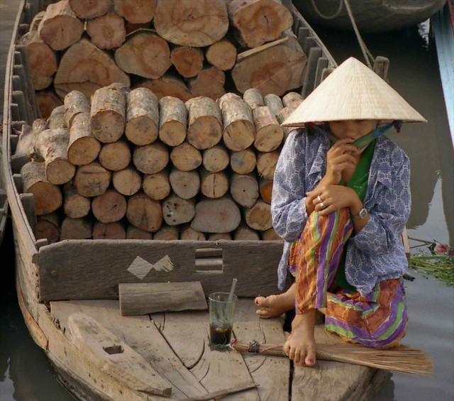 people water asia hats vietnam 1995 rachgia kiengiang scanneg gpsapproximate timeincorrect