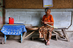 Working woman - Munduk (Maciej 'Magic' Stangreciak) Tags: old travel portrait bali woman house travelling work bench indonesia asia southeastasia magic working exteriors travelphotography munduk earthasia maciejstangreciak