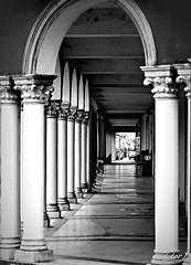 ___ il colonnato! ___ (erman_53fotoclik) Tags: colonnato colonne porticato bw monocromo luci ombre arco prospettiva canon eos 500d erman53fotoclik architettura