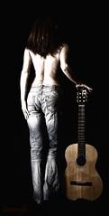 Sus viejos vaqueros y su guitarra. (Leonorgb) Tags: woman mujer guitarra música metz vaqueros vivitar285hv canon40d