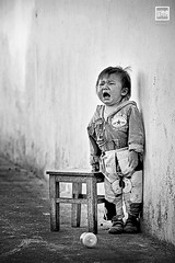 mom! | Yunnan (China) (andrea erdna barletta) Tags: china portrait blackandwhite bw blancoynegro childhood children child noiretblanc streetphotography streetportrait streetlife prc cry yunnan trung kina chin cina lijiang biancoenero babybottle chino xina cinese urbanphotography peoplesrepublicofchina  huilen grt blancetnoir  tiongkok  llanto chiny  kna in sigma70200mmf28 weinen quc explored  pacz sh  plor erdna andreabarletta  chiczycy kitajska tsina  repblicapopularchina ljing      volksrepublikchina pl  canon5dmarkii  andreaerdnabarletta infoerdnait wwwerdnait 7020014extender   ljingsh