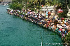race viewers (Rebinson) Tags: people india festival work river kerala waters riverbank kochi ernakulam watergame waterrace vallamkali rebin