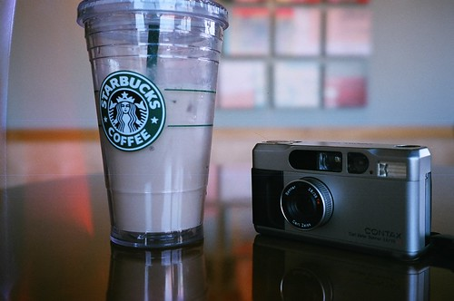 你拍攝的 Starbucks and Contax T2。
