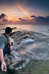 Contemplando el amanecer (Carlos J. Teruel) Tags: espaa sun selfportrait sol sunrise mar nikon autoretrato murcia amanecer reflejo 2009 d300 gnd8 tokina1116 xaviersam