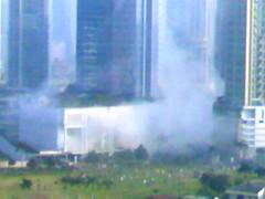 Das Ritz Carlton kurz nach den Anschlägen. (Foto aus einem nahen Bürogebäude)