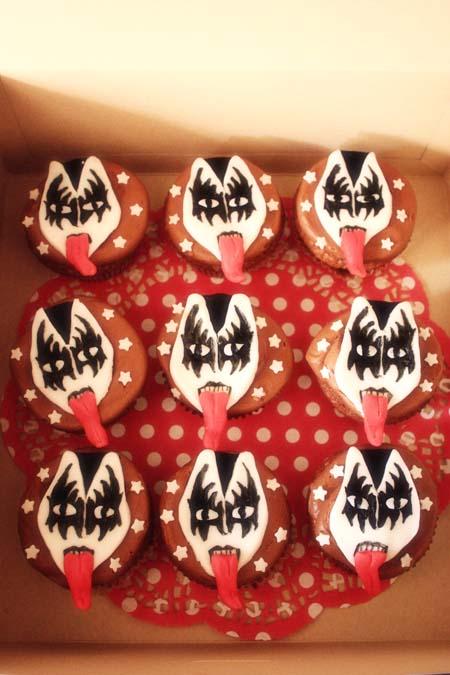 kiss cupcakes