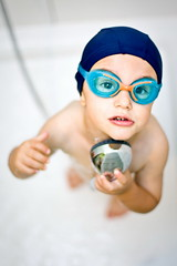 getting ready for the swimming pool!! (Mr Din) Tags: above family famille blue white water pool look kids swimming fun shower kid dof flash depthoffield 2009 gogles strobist aplusphoto platinumheartaward selecticedof
