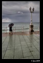 Das de lluvia (Josepargil) Tags: mar lluvia mujer farola gijn asturias nubes nublado paraguas barandilla paseomartimo josepargil