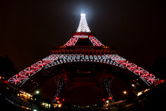 ~ madame en rouge et blanc ~ (Janey Kay) Tags: autumn paris france home night automne dark noche frankreich october nacht herbst eiffeltower fisheye toureiffel stadt bp eiffelturm nuit 2009 notte ville dunkel parigi obscur chezmoi 75008 75016 francja iloveparis paryz nikkorfisheye105 janeykay parisiledefrance baladesparisiennes