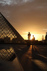 Paris, Muse du Louvre (Calinore) Tags: street city paris france museum architecture sunrise evening pyramid louvre soir iledefrance pyramide pei ville coucherdesoleil musedulouvre canon500d historiccitycenter hccity centrevillehistorique
