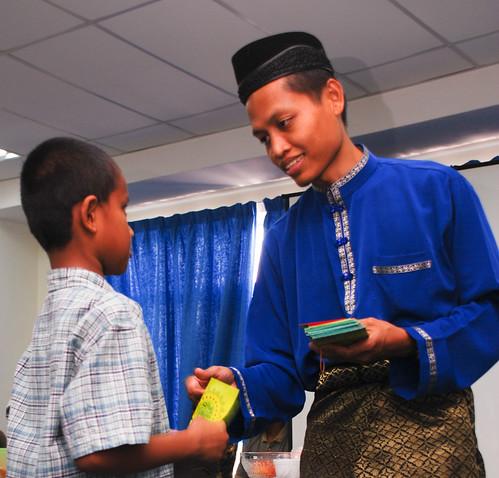 Saudara Mohd Nor Azib Asmangi, NYDP ISMA DHL, menyampaikan duit raya