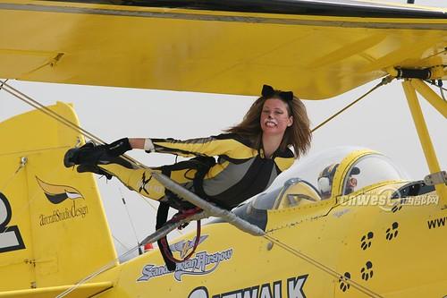 打扮成性感小野猫的瑞典飞机模特