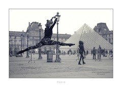 Paris n°128 - Ballet II (Nico Geerlings) Tags: ballet art louvre musee museum museedulouvre paris parijs france ngimages jump nicogeerlings nicogeerlingsphotography leicammonochrom 50mm summilux performance