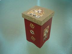 Dourada Vermelha (Ateliê da Bel) Tags: cores tampa flor caixa decoupage quadrada