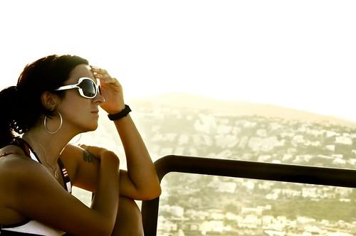 フリー画像| 人物写真| 女性ポートレイト| ラテン系女性| 横顔| サングラス|      フリー素材|