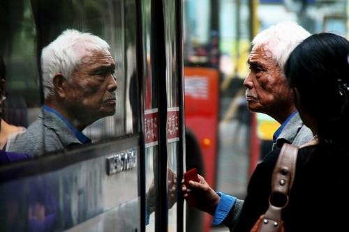 南门外焦急等车的老人