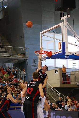 Mirza Teletovic salta a por el rebote