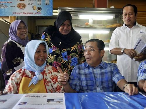Port Dickson 6/10/2009 --  Calon BN Tan Sri Mohd Isa Abd Samad singgah disalah satu gerai di Pasar Teluk Kemang dan beramah mesra bersama pengusaha gerai Fatimah Lasim (duduk kiri) dan Mahayae Manaf (berdiri  kiri) . Turut kelihatan Ketua Penerangan UMNO Ahmad Maslan. Pengundi di kawasan Bagan Pinang akan kelluar mengundi bagi pilihan raya N.31 Pinang 11 Oktober ini.  Gambar oleh OSMAN ADNAN